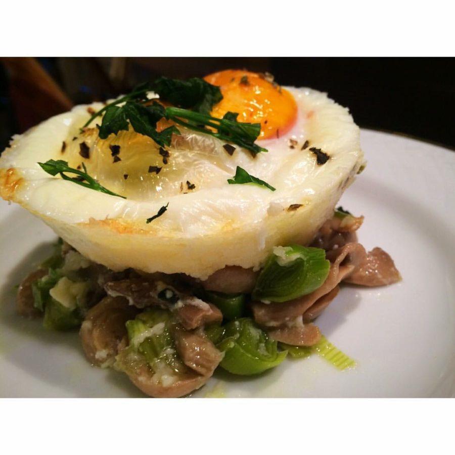 Ovos com queijo e cogumelos