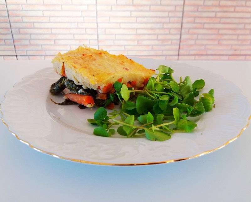 Empadão de batata roxa com kale e cenouras salteadas