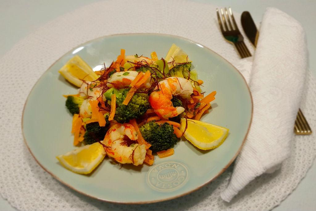 Salada morna de camarão com algas