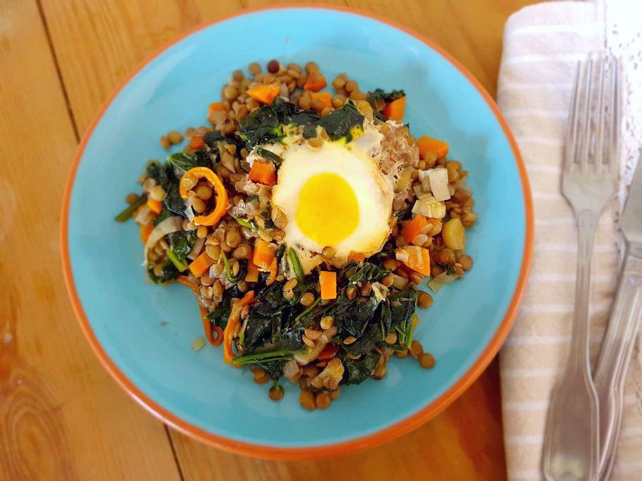 Lentilhas com espinafres e ovo escalfado