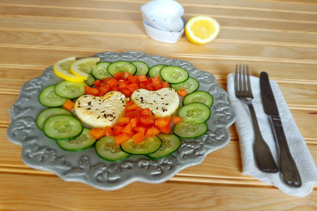 Requeijão no forno com salada de pepino e tomate